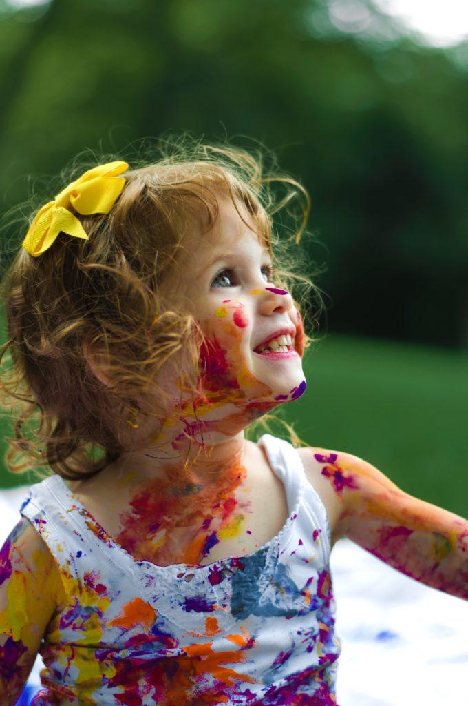 ילדה משחקת - קורין גדעון